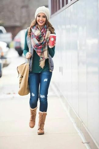 Серая стеганая безрукавка и синие рваные джинсы скинни — выбирай этот вариант, если не боишься быть в центре внимания. Разнообразить образ и добавить в него немного классики помогут светло-коричневые кожаные сапоги.