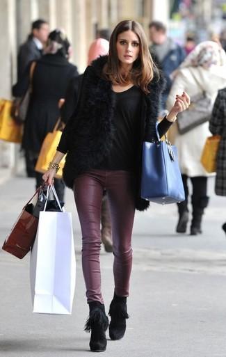 Как Olivia Palermo носит Черная меховая безрукавка, Черная футболка с длинным рукавом, Темно-красные кожаные узкие брюки, Черные замшевые ботильоны c бахромой