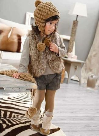 Как и с чем носить: коричневая меховая безрукавка, серая футболка с длинным рукавом, серые шорты, бежевые ботинки