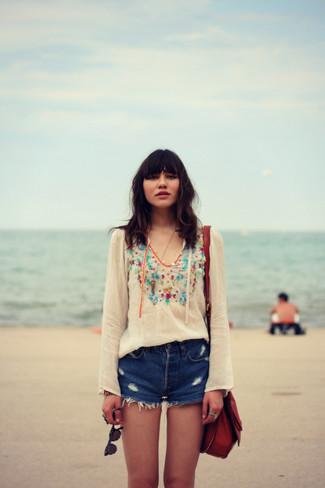 Как и с чем носить: белая блуза-крестьянка с вышивкой, синие джинсовые рваные шорты, темно-красная кожаная сумка через плечо