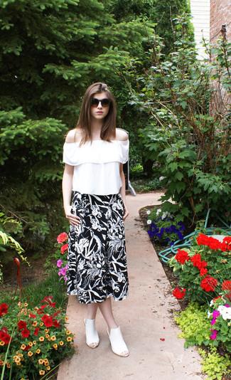 Как и с чем носить: белая блуза-крестьянка с рюшами, черно-белая юбка-миди с цветочным принтом, белые кожаные сабо, темно-коричневые солнцезащитные очки