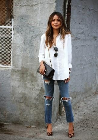 Белая блуза на пуговицах и синие рваные джинсы скинни — универсальное сочетание и для вечерних вылазок с подружками, и для дневных прогулок на выходных. Если ты не боишься смешивать разные стили, на ноги можно надеть светло-коричневые кожаные туфли с леопардовым принтом.