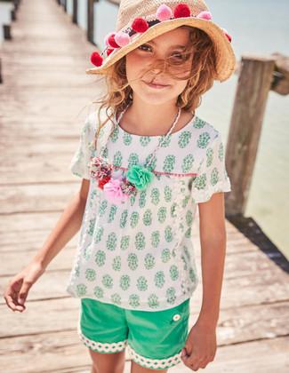 Как и с чем носить: белая блуза с коротким рукавом, зеленые шорты, бежевая соломенная шляпа
