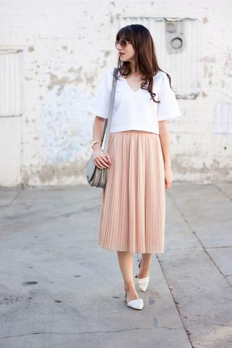 Как и с чем носить: белая блуза с коротким рукавом, розовая юбка-миди со складками, белые кожаные балетки, серая кожаная сумка через плечо