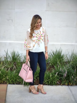 Как и с чем носить: белая блуза с коротким рукавом с вышивкой, темно-синие джинсы скинни, светло-коричневые замшевые босоножки на каблуке, розовая кожаная большая сумка