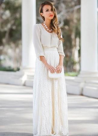 Как и с чем носить: белая шифоновая блузка с длинным рукавом, белая кружевная длинная юбка, белый кожаный клатч, белое колье