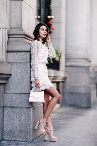 Как и с чем носить: белая блузка с длинным рукавом с люверсами, белая мини-юбка c бахромой, бежевые замшевые босоножки на каблуке, белый кожаный клатч