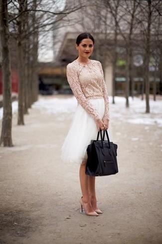 Как и с чем носить: белая кружевная блузка с длинным рукавом, белая пышная юбка из фатина, бежевые кожаные туфли, черная кожаная большая сумка