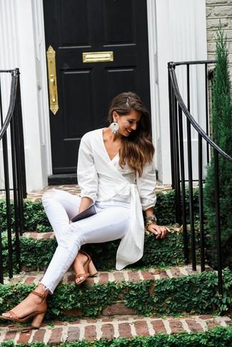 Модный лук: Белая блузка с длинным рукавом, Белые рваные джинсы скинни, Светло-коричневые кожаные босоножки на каблуке, Белые серьги