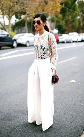 Как и с чем носить: белая кружевная блузка с длинным рукавом, белые широкие брюки, черная кожаная сумка через плечо, черно-золотые солнцезащитные очки