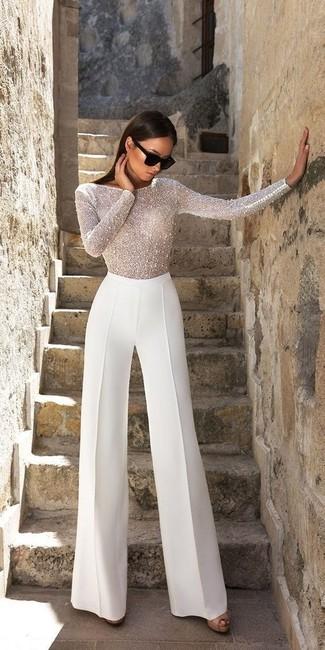 Как и с чем носить: белая блузка с длинным рукавом из бисера, белые широкие брюки, черные кожаные босоножки на каблуке, черные солнцезащитные очки
