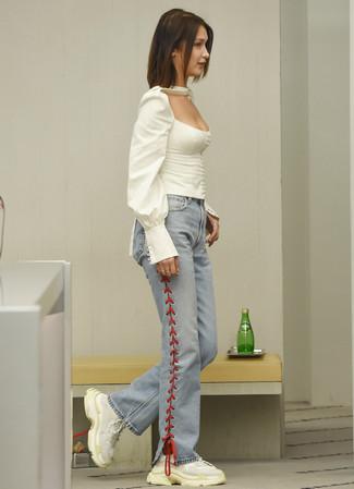 6bd2b1ce141 С чем носить голубые джинсы-клеш  Модные луки (19 фото)