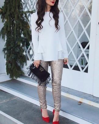 Как и с чем носить: белая блузка с длинным рукавом с рюшами, золотые узкие брюки с пайетками, красные замшевые туфли, черный замшевый клатч c бахромой