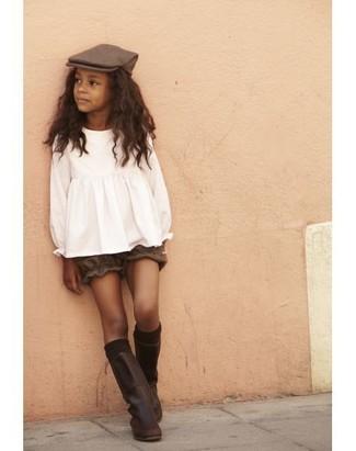 Как и с чем носить: белая блузка с длинным рукавом, коричневые шорты, темно-коричневые кожаные ботинки