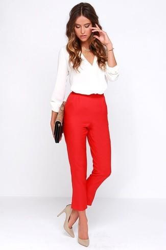Белая блузка с длинным рукавом: с чем носить и как сочетать: Белая блузка с длинным рукавом и красные брюки-галифе — идеальный выбор для приверженцев дресс-кода smart casual. В тандеме с этим нарядом наиболее уместно будут выглядеть бежевые кожаные туфли.