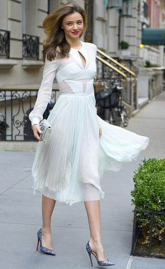 Как и с чем носить: белая шифоновая блузка с длинным рукавом, мятная шифоновая юбка-миди со складками, синие туфли с пайетками, серебряный клатч с украшением