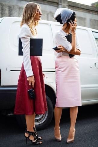 Как и с чем носить: белая шелковая блузка с длинным рукавом, розовая юбка-карандаш, бежевые кожаные туфли, белая бандана