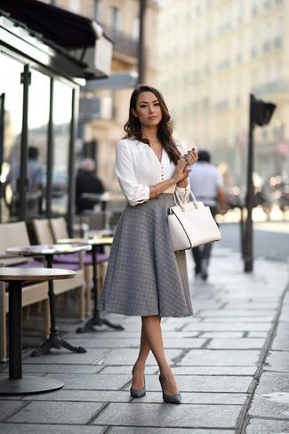 Как и с чем носить: белая блузка с длинным рукавом, серая пышная юбка, серые кожаные туфли, белая кожаная большая сумка