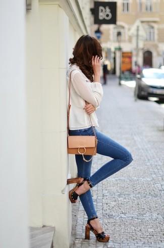 Как и с чем носить: белая шелковая блузка с длинным рукавом, синие рваные джинсы скинни, черные кожаные босоножки на каблуке, светло-коричневая кожаная сумка через плечо