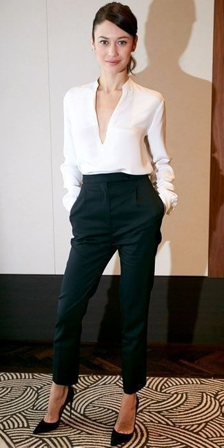 белая блузка с длинным рукавом черные брюки галифе черные замшевые туфли large 12330