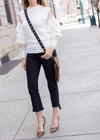 Как и с чем носить: белая блузка с длинным рукавом с рюшами, черные джинсы c бахромой, коричневые замшевые туфли с леопардовым принтом, черная кожаная сумка через плечо с шипами