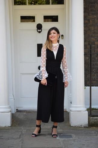 Как и с чем носить: белая блузка с длинным рукавом в горошек, черный комбинезон, черные замшевые босоножки на каблуке, черные серьги