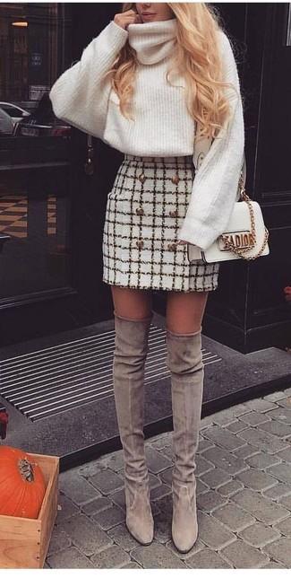 Как и с чем носить: белая шерстяная вязаная водолазка, белая твидовая мини-юбка в клетку, серые замшевые ботфорты, белая кожаная сумка через плечо