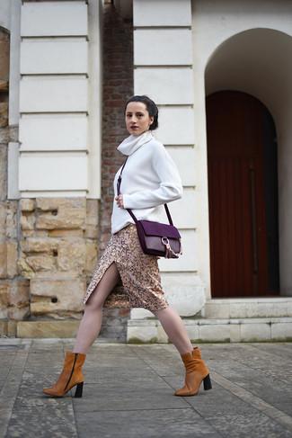 Как и с чем носить: белая водолазка, золотая юбка-карандаш, табачные замшевые ботильоны, пурпурная кожаная сумка через плечо