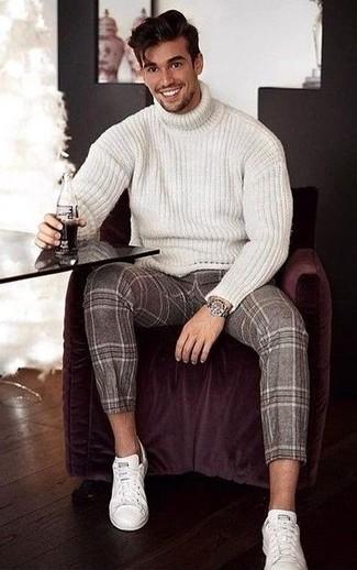 Сочетание белой шерстяной вязаной водолазки и коричневых шерстяных классических брюк в шотландскую клетку поможет подчеркнуть твой личный стиль. Чтобы добавить в лук чуточку беззаботства , на ноги можно надеть белые кожаные низкие кеды. Когда зимний сезон сменяется более теплыми деньками, все мужчины хотели бы выглядеть свежо и притягательно для дамского пола. Такой образ точно поможет достичь именно этого.