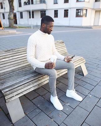 Как и с чем носить: белая вязаная водолазка, серые классические брюки в клетку, белые кожаные низкие кеды, белые носки