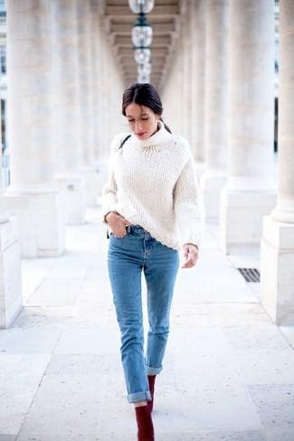 Как и с чем носить: белая вязаная водолазка, синие джинсы, темно-красные замшевые ботильоны