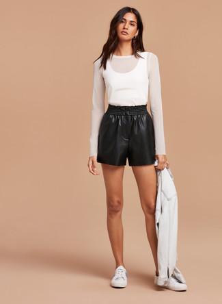 Как и с чем носить: белая джинсовая куртка, белая футболка с длинным рукавом в сеточку, черные кожаные шорты, белые низкие кеды