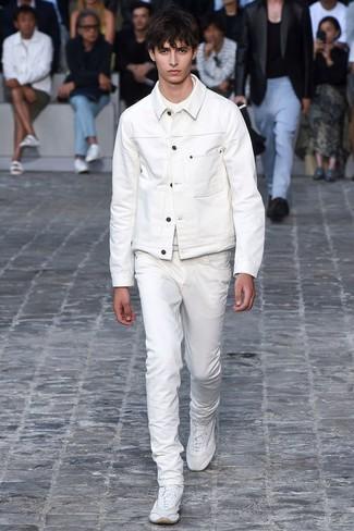 Как и с чем носить: белая джинсовая куртка, белая футболка с круглым вырезом, белые джинсы, белые кроссовки