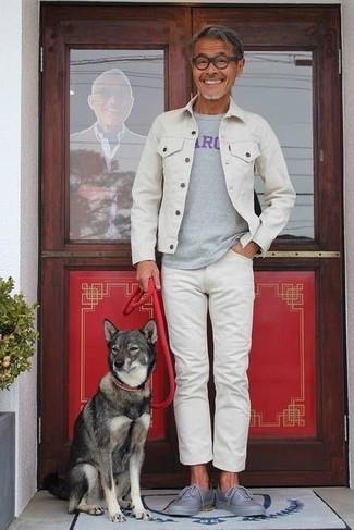 Как и с чем носить: белая джинсовая куртка, серая футболка с круглым вырезом с принтом, белые джинсы, серые низкие кеды