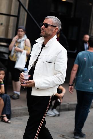 Как и с чем носить: белая джинсовая куртка, черная футболка с круглым вырезом, черные спортивные штаны в вертикальную полоску, черные солнцезащитные очки