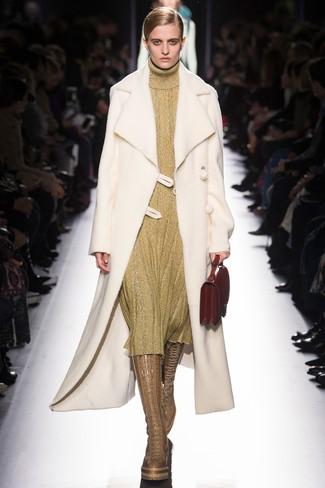 Как и с чем носить: белая дубленка, золотое платье-свитер, светло-коричневые кожаные сапоги, красная кожаная сумочка