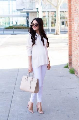 Как и с чем носить: белая шелковая классическая рубашка, белые джинсы, бежевые кожаные туфли, бежевая кожаная большая сумка