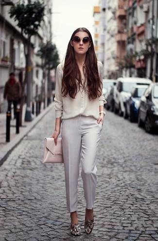 Как и с чем носить: белая шелковая классическая рубашка, белые классические брюки, серые кожаные лоферы со змеиным рисунком, розовый кожаный клатч