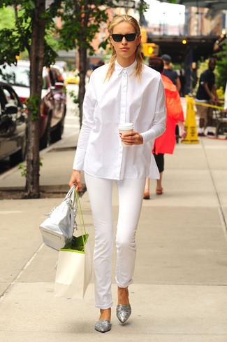 Как и с чем носить: белая классическая рубашка, белые узкие брюки, серебряные кожаные балетки, серебряная кожаная большая сумка