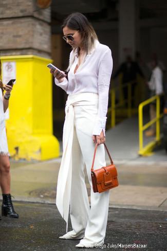 Как и с чем носить: белая классическая рубашка, белые широкие брюки, белые кожаные балетки, табачная кожаная сумка-саквояж