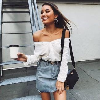 Как и с чем носить: белая классическая рубашка, голубая джинсовая мини-юбка, черная кожаная сумка через плечо, черный кожаный ремень