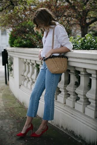 Как и с чем носить: белая классическая рубашка, голубые джинсы, красные сатиновые туфли, светло-коричневая соломенная сумка через плечо