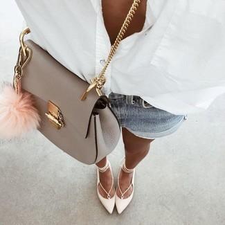 Как и с чем носить: белая классическая рубашка, голубые джинсовые шорты, белые кожаные балетки, серая кожаная сумка через плечо