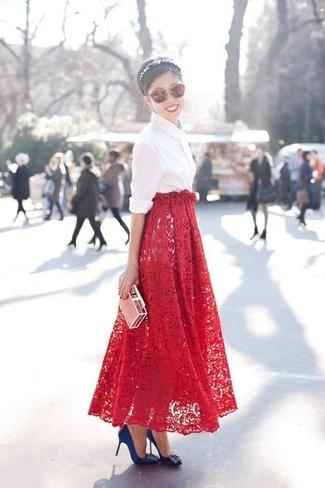 Как и с чем носить: белая классическая рубашка, красная кружевная длинная юбка, синие сатиновые туфли с украшением, красные солнцезащитные очки