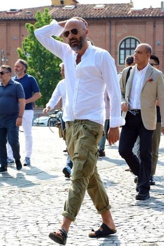 Как и с чем носить: белая классическая рубашка, оливковые брюки карго, черные кожаные сандалии, темно-коричневые солнцезащитные очки