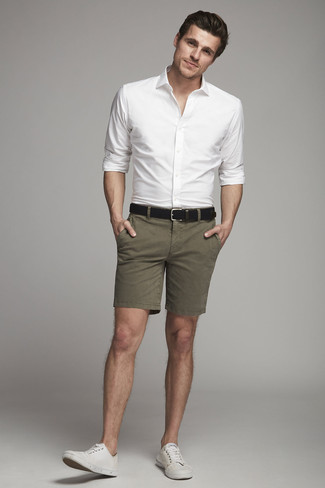 Как и с чем носить: белая классическая рубашка, оливковые шорты, белые низкие кеды из плотной ткани, черный кожаный ремень