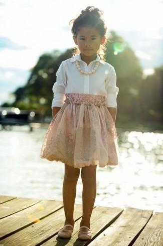 Как и с чем носить: белая классическая рубашка, розовая юбка, розовые балетки
