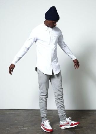 Как и с чем носить: белая классическая рубашка, серые спортивные штаны, красные замшевые кроссовки, черная шапка
