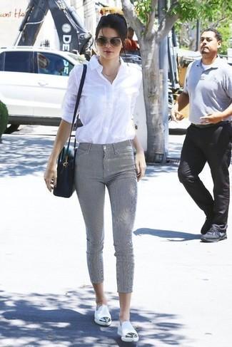 Как Kendall Jenner носит Белая классическая рубашка, Серые узкие брюки, Белые кожаные лоферы, Черная кожаная сумка через плечо
