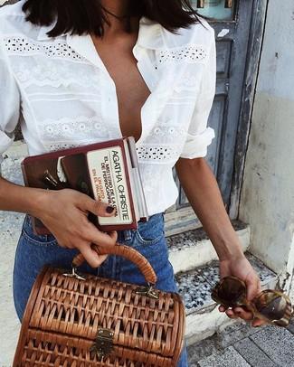 Как и с чем носить: белая классическая рубашка с люверсами, синие джинсы, коричневая сумка-саквояж из плотной ткани, коричневые солнцезащитные очки